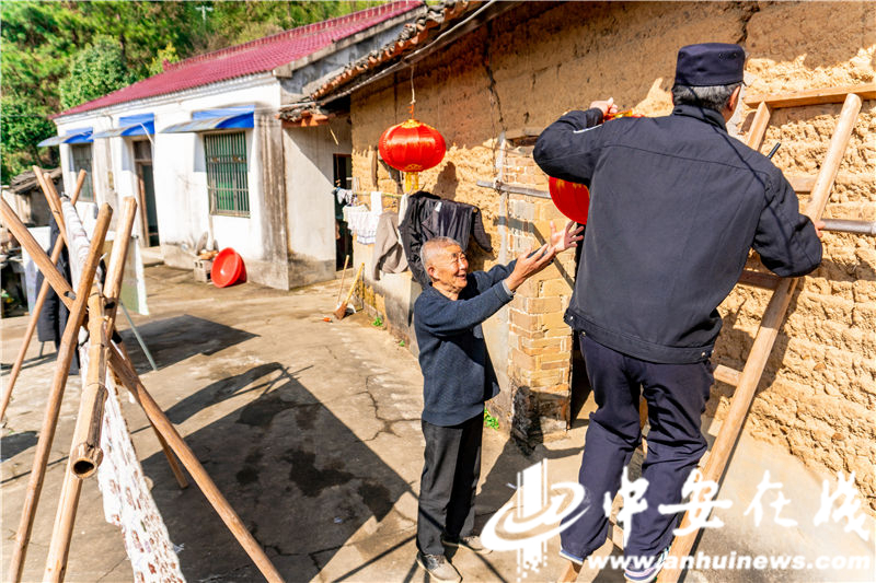 安徽泾县:茂林派出所的年味 (2).jpg