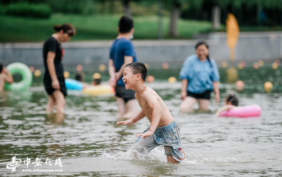 夏日炎炎 天鹅湖游泳纳凉【图】