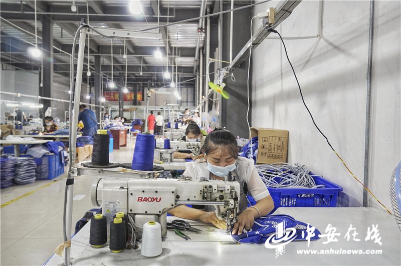 红亮箱包厂的工人正在忙碌工作.jpg