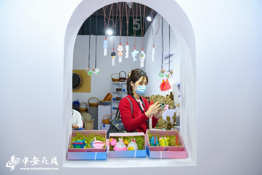 1、在六安展厅,竹编、泥塑等传统非遗吸引了众多参观者的目光。.JPG