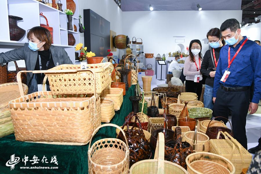 2、在六安展厅,竹编、泥塑等传统非遗吸引了众多参观者的目光。.JPG