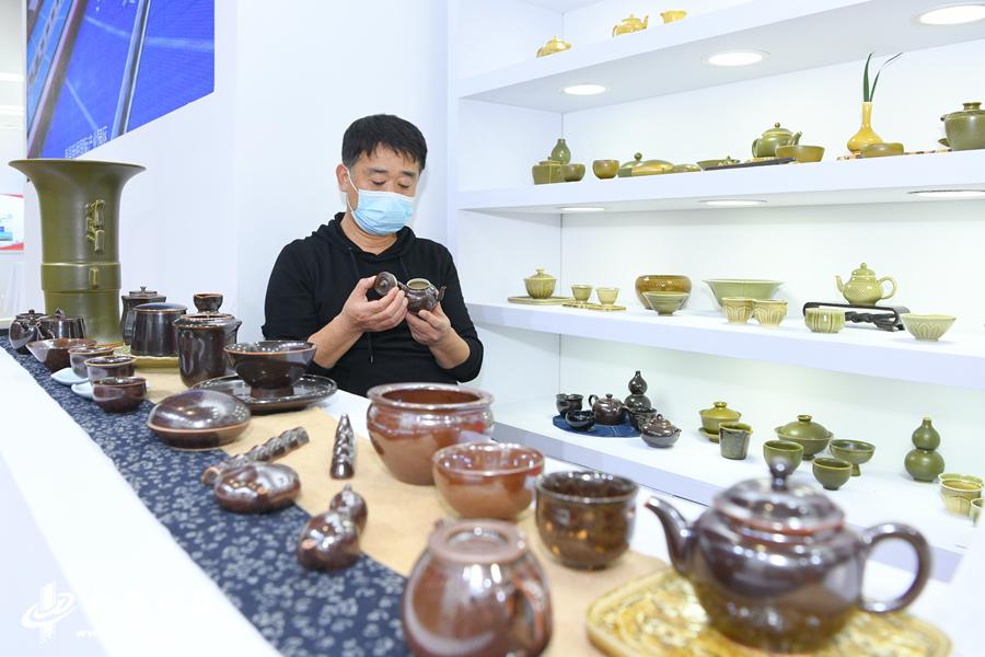 """5、在淮南展厅寿州窑陶瓷成为""""明星"""",这项兴盛于隋唐的名窑曾以首创黄釉瓷而著称于世, (1).JPG"""