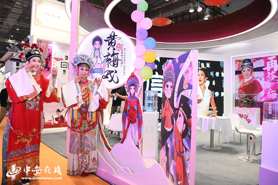 6、年轻的再芬黄梅艺术剧院演员江敏身着女驸马扮相被参观者团团围住.JPG