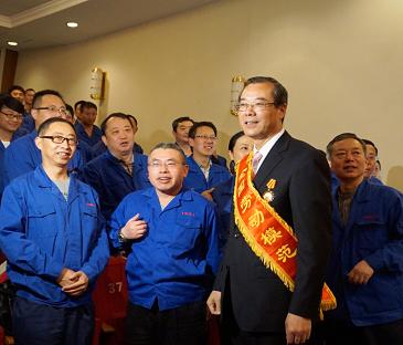 领导及职工代表祝贺张德进董事长当选全国劳模