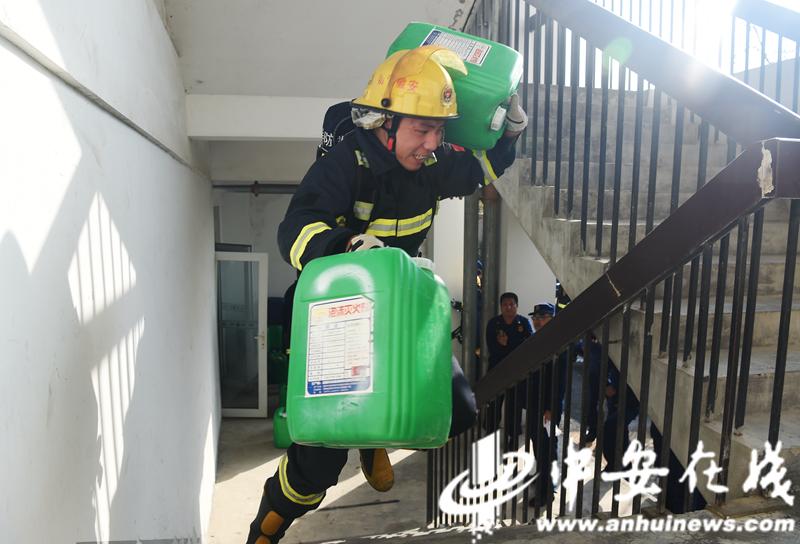 """消防员雨中""""速度与激情"""" 合肥消防业务大比拼 (4).JPG"""