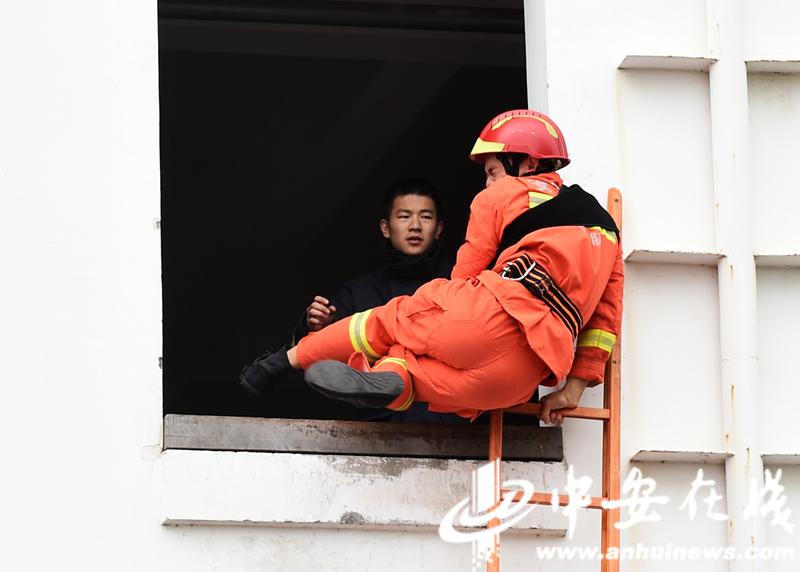 """消防员雨中""""速度与激情"""" 合肥消防业务大比拼 (5).JPG"""