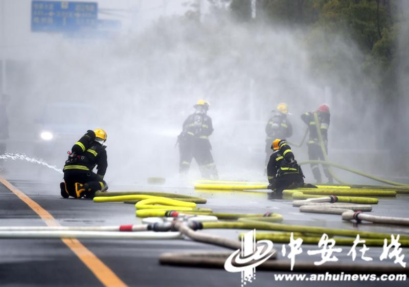 """消防员雨中""""速度与激情"""" 合肥消防业务大比拼 (6).JPG"""