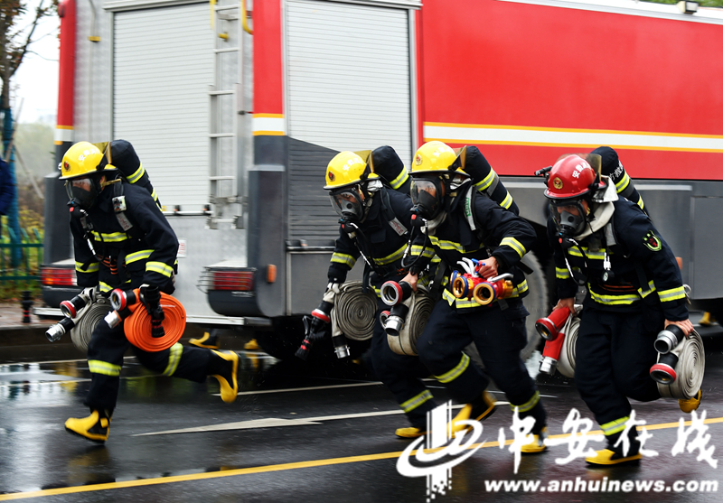 """消防员雨中""""速度与激情"""" 合肥消防业务大比拼 (7).JPG"""