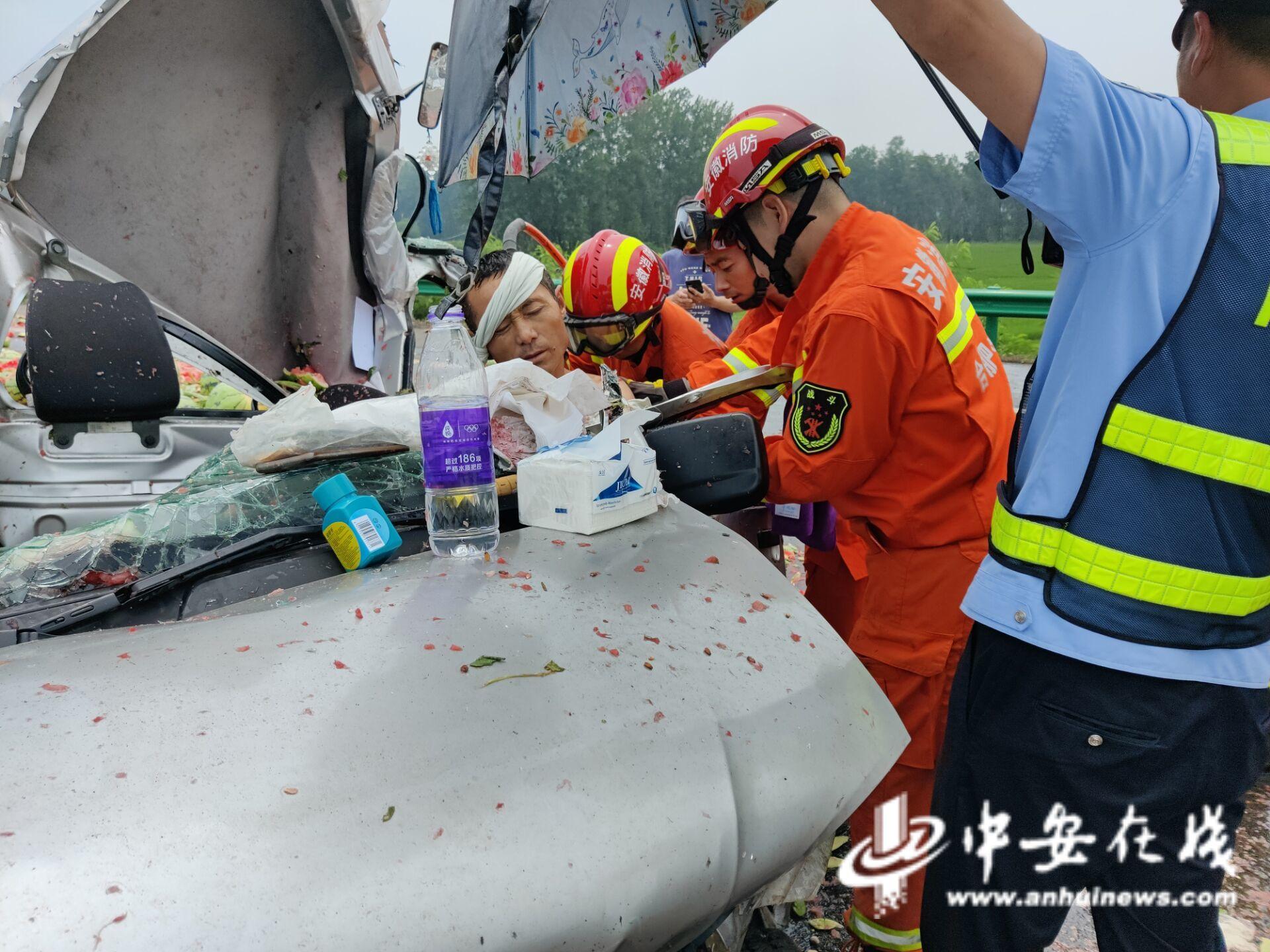 两货车追尾驾驶员腿卡被困合肥消防迅速处置