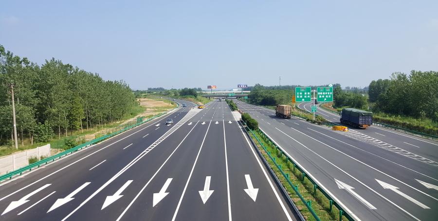 作为合肥东部4条高速公路的咽喉连接线,合肥绕城高速东环线是安徽省唯一一段双向十车道高速公路,2017年扩容改造后,通行能力实现倍增。.jpg